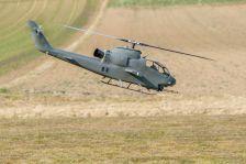 Cobra Kampfhubschrauber wird eingeflogen